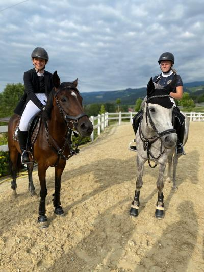 Laura Rinnhofer auf Holly / Sophia Pregnolato auf Australia / Massey Equestrian International